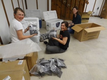 Lindsey, Véro & Ellen - packing dirt bags ;)